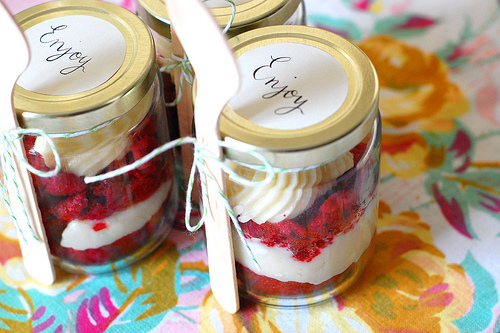 10 Tips to Dazzle Guests at your Wedding cupcake in a far wedding favours