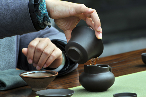 hand pouring tea